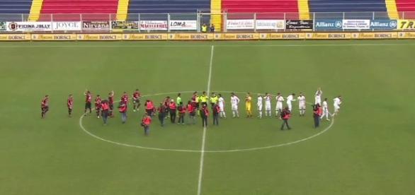 Il saluto delle squadre a centrocampo, Taranto con la classica divisa rossoblù.