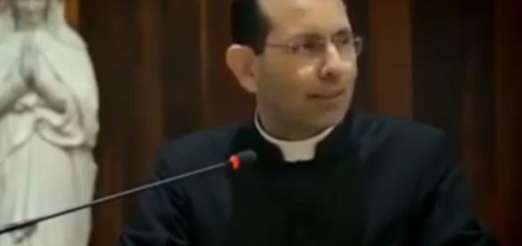 O padre fez duras críticas ao atual sistema de ensino e à suposta doutrinação marxista nas escolas.