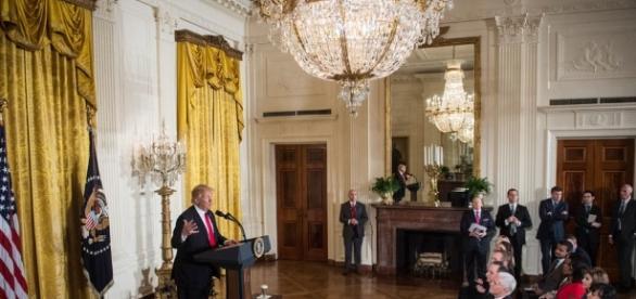 Tensione alla Casa Bianca: giornalisti non ammessi a un breafing informale, evento mai accaduto nella storia delle relazioni tra stampa e presidenza.