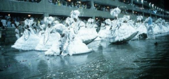 1986: Arrastando a barra da saia na água, as baianas não perderam a elegância e ajudaram a garantir o vice-campeonato para a Beija-Flor (Foto: O Dia)