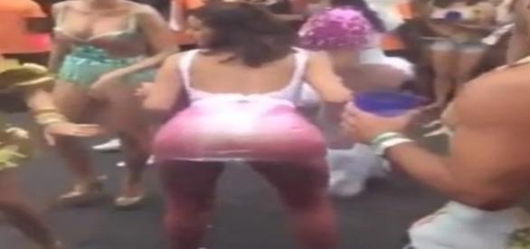 Atriz Bruna Marquezine parece não se importar com saia transparente