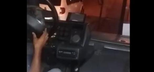 Passageiro flagra ônibus em péssimas condições onde volante solta do veículo