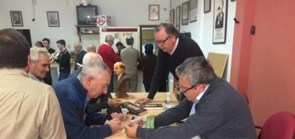 Antonio Romero firmando uno de sus libros a un vecino de Arriate.
