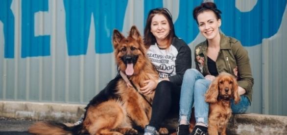 Funcionárias da BrewDog exibem cães adotados (Foto: Reprodução/BrewDog)