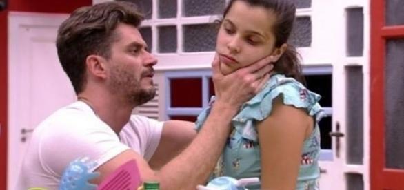 Marcos examina Emily (Foto: Reprodução TV Globo)