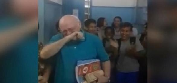 'Tio Luiz' chora ao ser homenageado pelos alunos no seu último dia de aula