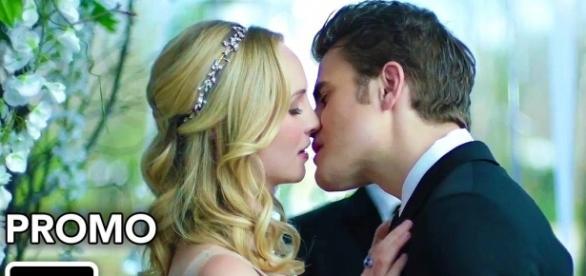 The Vampire Diaries: Caroline e Stefan casam-se no episódio 8x15 (Foto: CW/Youtube)