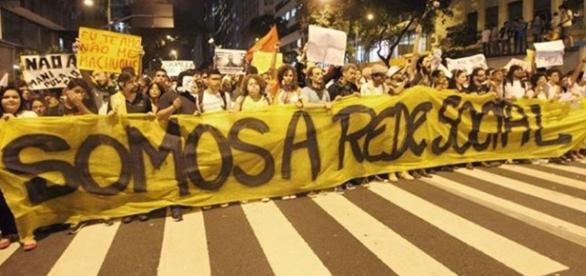 Pessoas protestando contra a manipulação das redes sociais