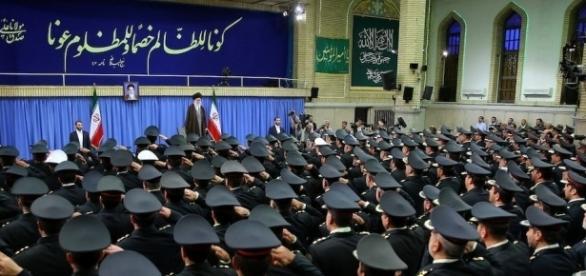 "Der ""Führer"" des Iran, Ajatollah Khamenei vor Revolutionsgardisten. (Foto: khamenei.ir / CC BY-SA 4.0)"