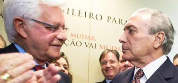 Temer (à direita) concede foro privilegiado a Moreira Franco