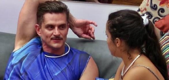 Marcos continua tentando ficar com Emilly, mas a gêmea já deixou claro que só quer amizade