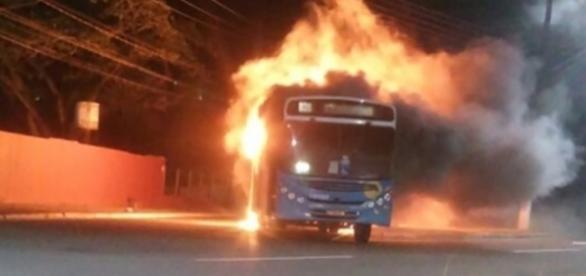 Onibus é incendiado em Manguinhos, na Serra - Foto Jornal A Gazeta