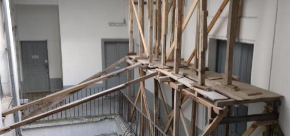 Parte de los salones se están bloqueados pues pueden llegar a derrumbarse.