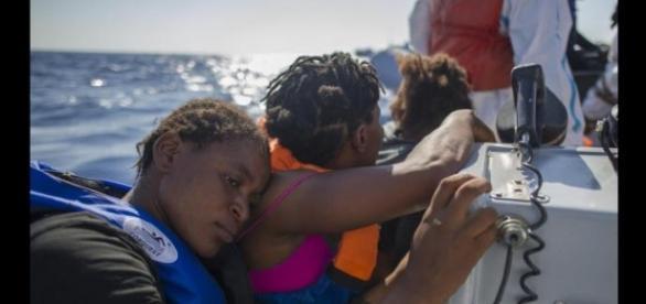 Una delle tante immagini di disperazione durante un salvataggio nel Mediterraneo