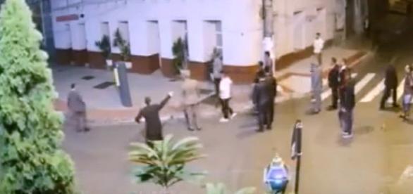 Religiosos tentam se defender da ação dos assaltantes