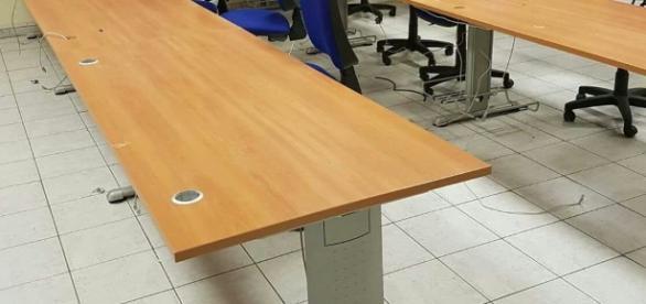 L'aula di informatica devastata dai ladri a Salerno.