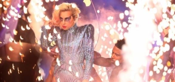 Lady Gaga faz apresentação marcante na final do Super Bowl