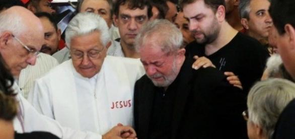 Durante o velório da ex-mulher Lula, recebeu o conforto de amigos e familiares
