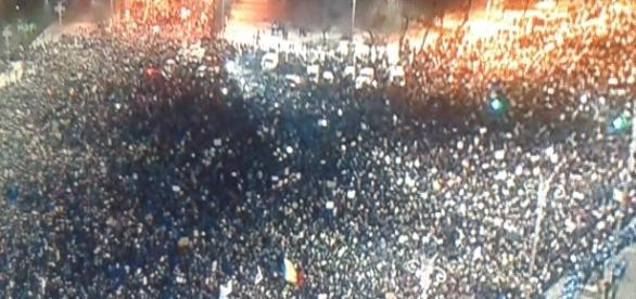 număr impresionant de români nemulțumiți de manevrele guvernanților protestează în fața guvernului