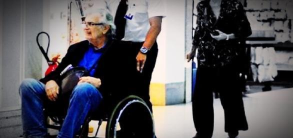 Tarcísio Meira é flagrado de cadeira de rodas