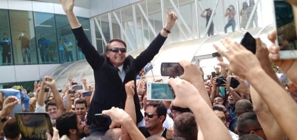 Jair Bolsonaro sendo recebido no aeroporto de Campina Grande, na Paraíba