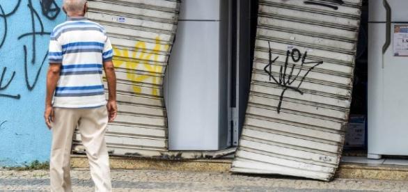 Comércios são assaltados e destruídos (Gabriel Lordello/Reuters)