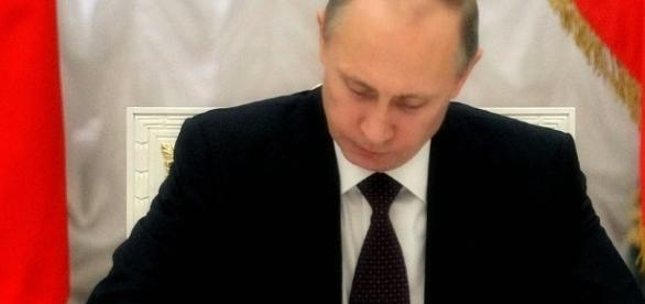 Putin firma la nuova legge di depenalizzazione dei reati familiari.