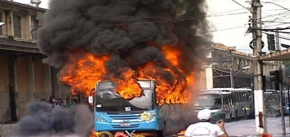 Diversos ônibus foram incendiados em Vitória durante a atual greve dos PMs do ES.