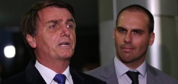 Jair Bolsonaro repreendeu Eduardo durante convresa (Foto: Reprodução)