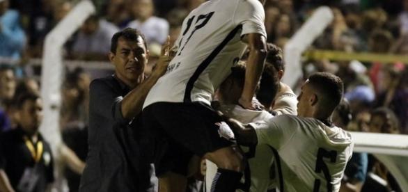 Jogadores comemorando o gol da vitória contra a Caldense