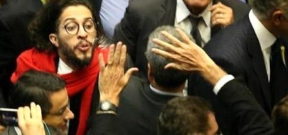 Momento em que o deputado Jean Wyllys cospe no deputado Jair Bolsonaro