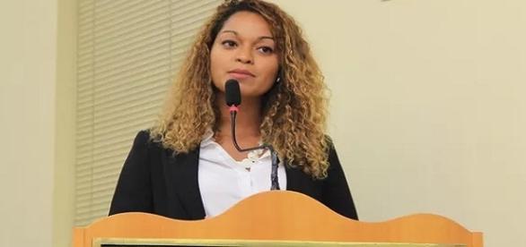 Na imagem a nova vereadora no momento em que discursou na Câmara da Prefeitura da cidade.