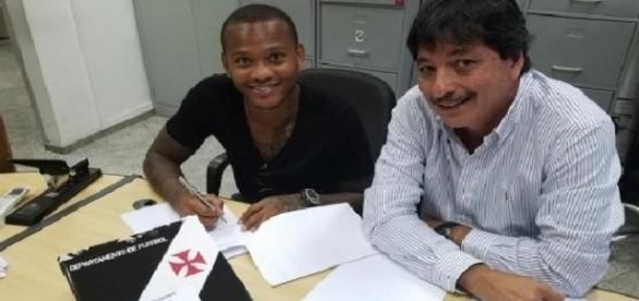 O novo reforço ''Manga'' assinando contrato junto om seu empresário (Foto: empresário Raul Ramirez)