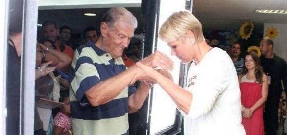 Xuxa está acompanhando o seu pai