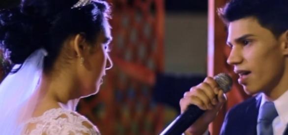 Noivo cantando música que fez para a noiva na cerimônia de casamento