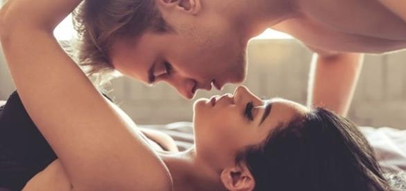 Quando uma pessoa olha nos olhos ou pega na mão da outra no hora do sexo é porque ela está amando de verdade