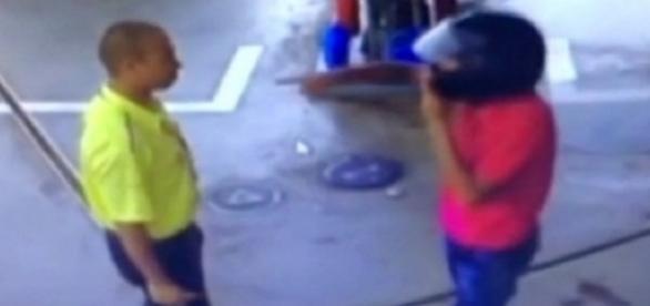 Bandido assaltou frentista com 'o dedo' (Foto: Reprodução)