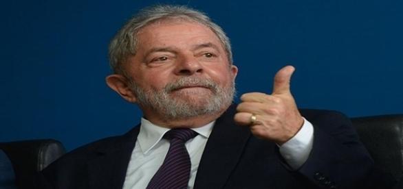 Lula viaja para lançar sua pré-candidatura