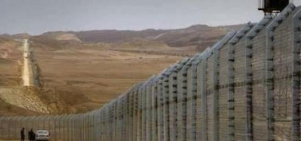 Mexico Wall. Image via Snopes.com