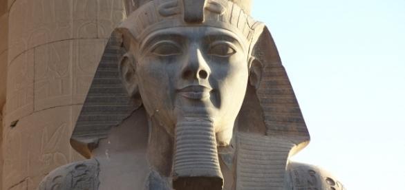 O statuie care se presupune a fi a faraonului Ramses al II-lea, a fost descoperită în cartierul Matariya din Cairo - Foto: Wikimedia