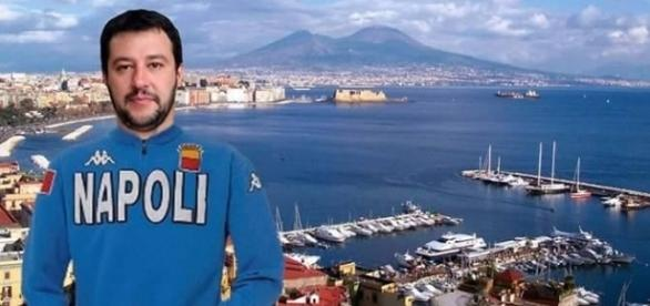 Il leader della Lega Matteo Salvini ritratto in un fotomontaggio con la maglia del Napoli