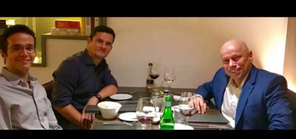 Leandro Karnal, Sérgio Moro e Furlan em um jantar, na cidade de Curitiba