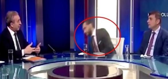 Na imagem é possível ver o momento em que o homem perde o equilíbrio e cai da cadeira depois de perder a consciência.