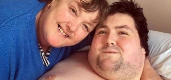 Paul e sua mãe, Linda, no leito do hospital