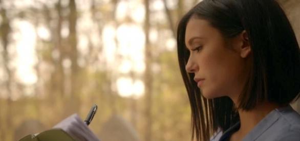 The Vampire Diaries 8x16: Elena escreve em seu diário na cena final (Foto: CW/Screencap)
