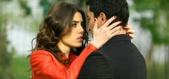 Eysan se declara para Ozel e descobre que ele é Omer (Foto: Reprodução/Band)