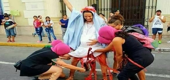 Mulheres encenam o aborto de Jesus aos risos em performance na Argentina