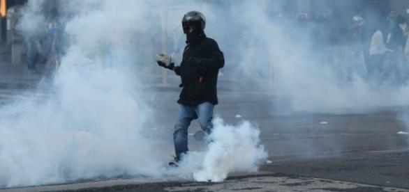 Una delle immagini simbolo della guerriglia anti Salvini di Napoli