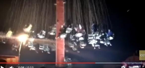 Vídeo mosrta queda de brinquedo repleto de pessoas.