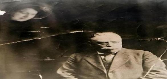 A suspeita é que o fantasma seja a esposa do homem na foto, morta aos 30 anos (South West News Service)